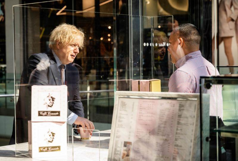 Hétfőtől Angliában is nyitnak a boltok
