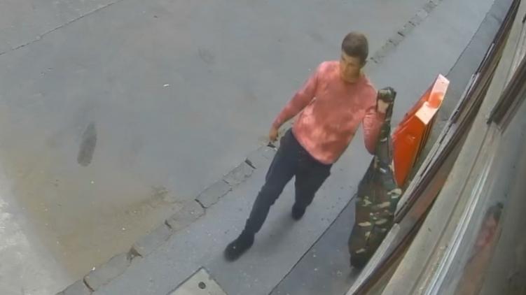 Autók oldalát húzta meg egy férfi Terézvárosban, körözik – videó