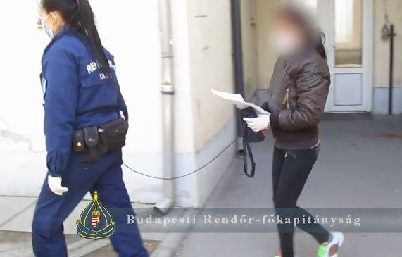 Késsel fenyegette meg a lányokat a nő, hamar elkapták