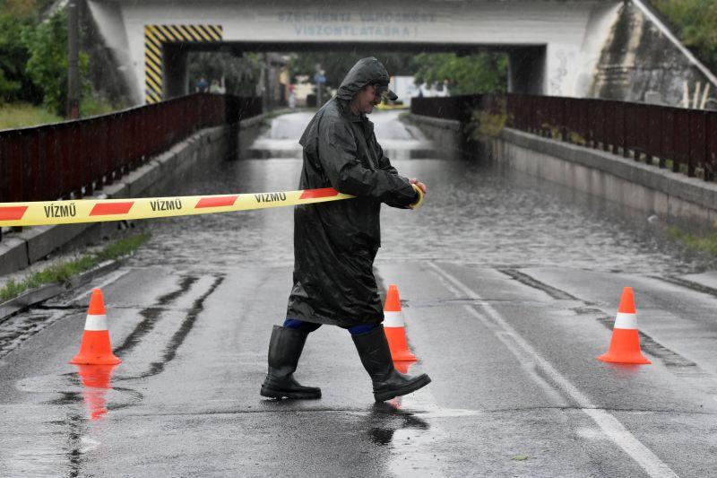 Az egész országot megtépázta a vihar, halálos áldozat is van