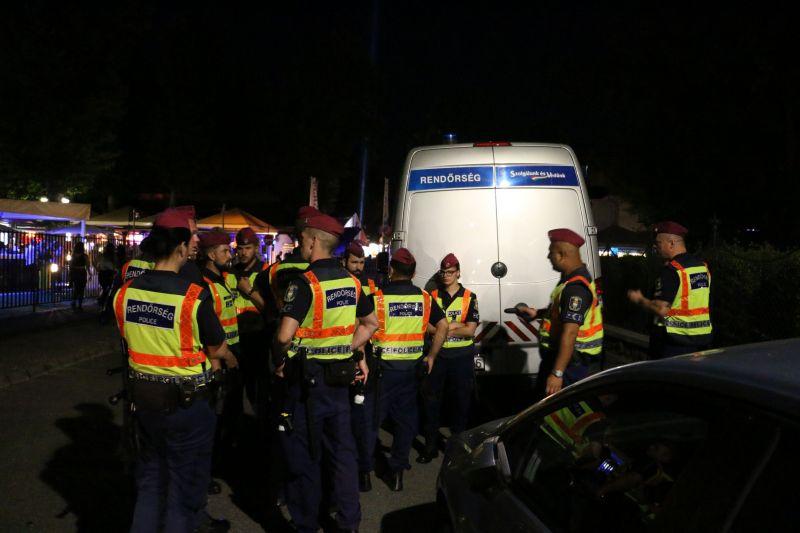 Száz rendőr, köztük lovasjárőrök razziáztak Siófókon, itt a videó az akcióról