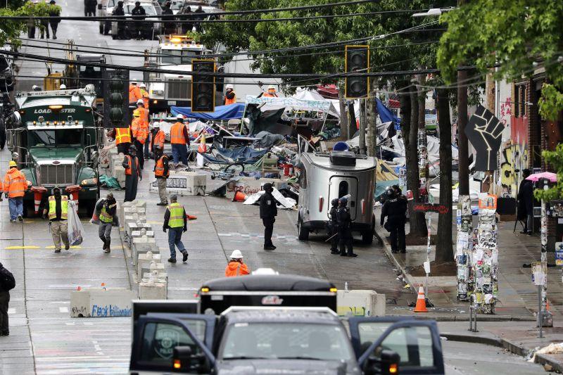 Száguldó autójával a tüntetők közé hajtott egy férfi Seattle-ben