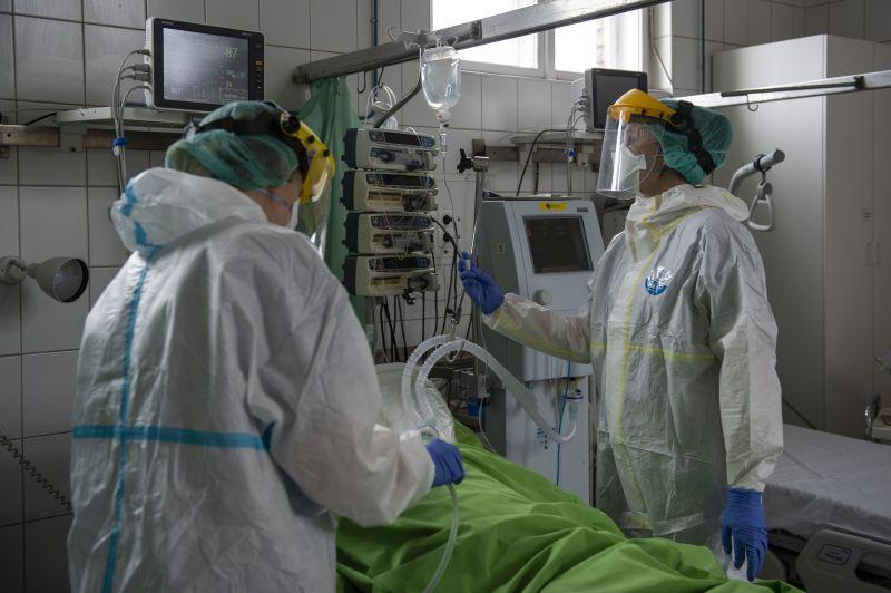 Félezernél több egészségügyi dolgozó fertőződött meg eddig az országban