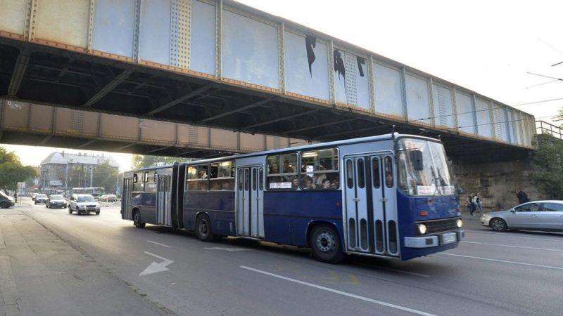 Durva baleset Budapesten: rosszul lett a metrópótló sofőrje, belecsapódott egy másik buszba