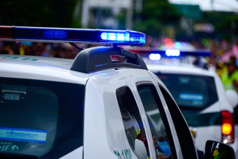 Egy taxi hátsó ülésén, fegyverrel rabolta ki a 17 éves dílert