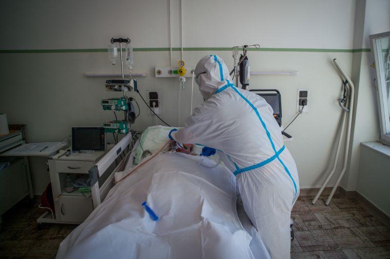 Életveszélyes állapotban van két koronavírusos fiatal a Korányiban