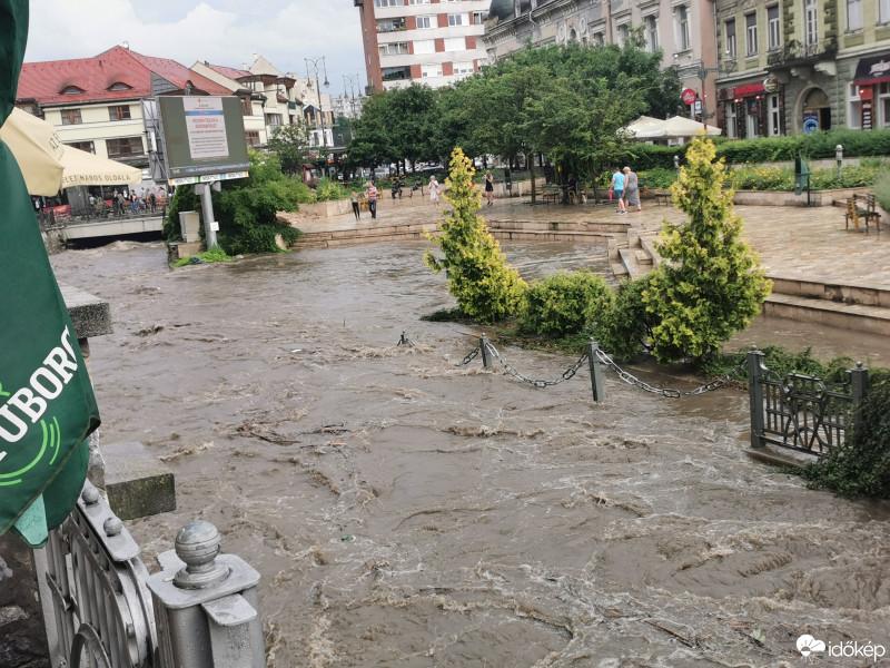 Kilépett medréből a Szinva-patak Miskolcon – videók az ítéletidőről