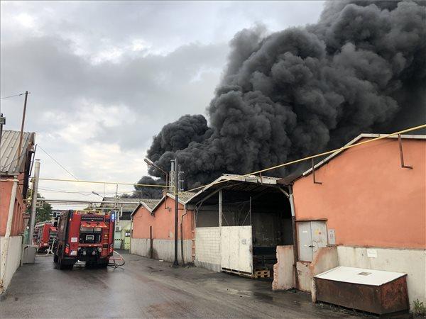 Óriási tűz a X. kerületben, 100 méterre csap fel a füst – fotók