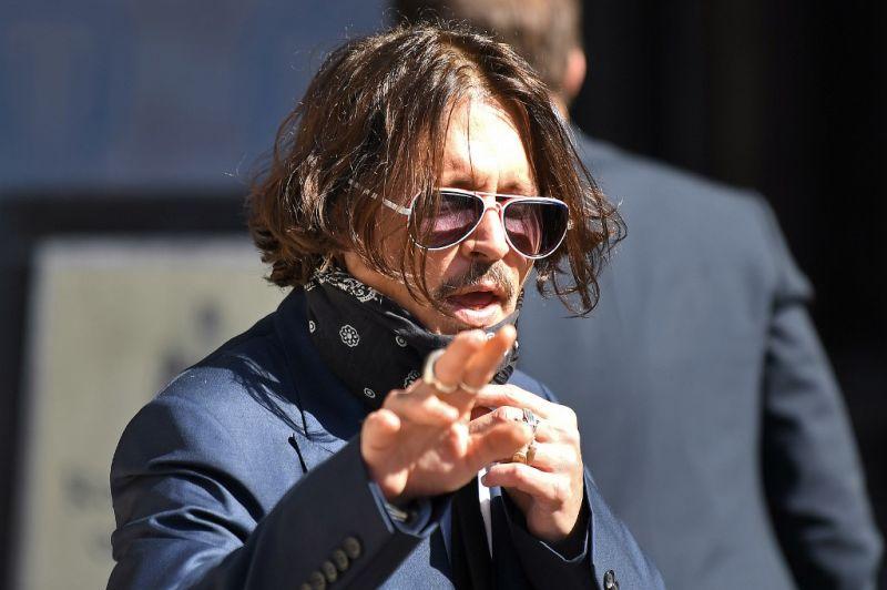 Johnny Depp a bíróságon elmondta, hogy a felesége beleszékelt az ágyukba