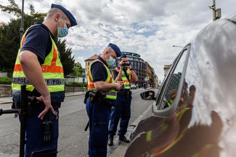Hadházy Ákost az EU-s zászló miatt még külön feljelentette a rendőrség