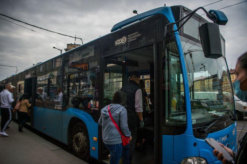 Óriási káosz a 26-os buszon: betörte az ablakot egy külföldi, ordibálás, buszt leszorító rendőrautó, értetlenség