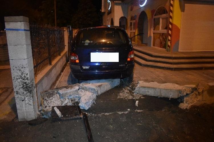 Ittasan hajtott bele a kerítésbe Győrben egy autós, egy kuka bánta a kalandot