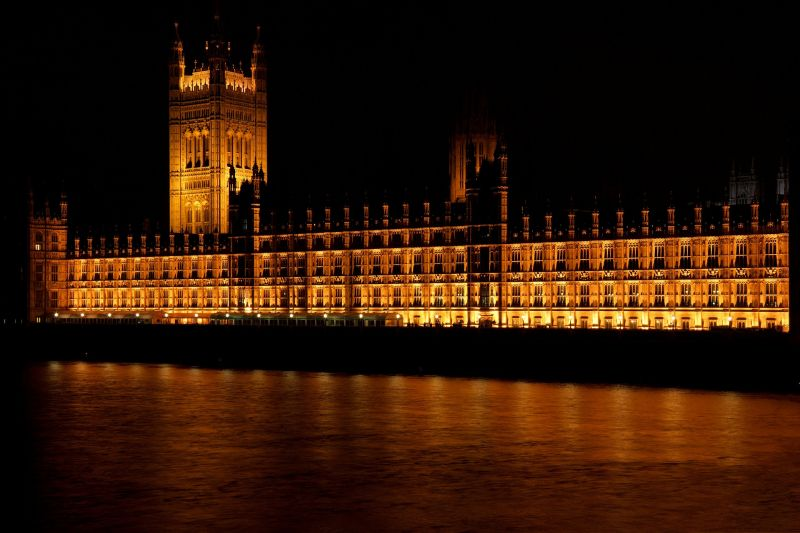 """""""Tedd le a farkadat"""" – megszakadt a parlamenti ülés egy nem mindannapi ok miatt"""