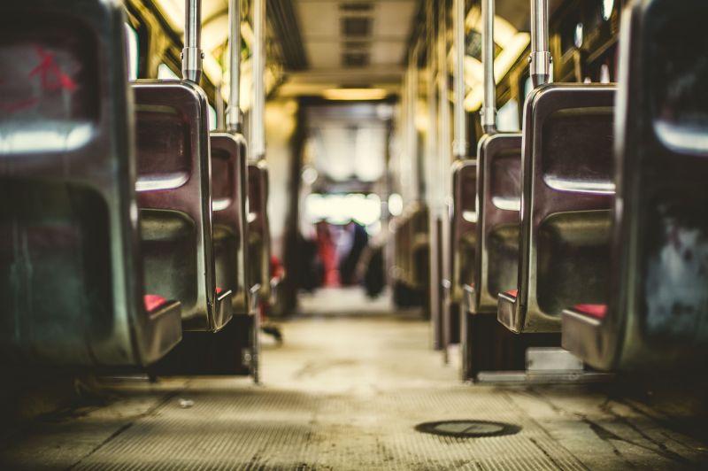 Drákói szigor a buszokon és a vonatokon: Életbe lép a minden eddiginél szigorúbb járványvédelmi szabály
