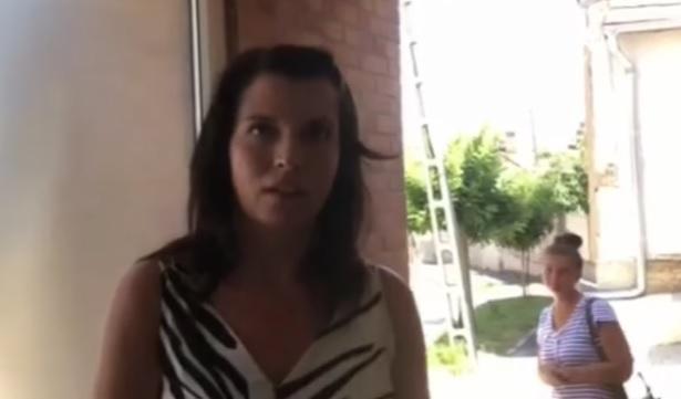 Becsöngettek Hadházy Ákoshoz a Hír TV munkatársai – vajon ilyen fogadtatásra számítottak?