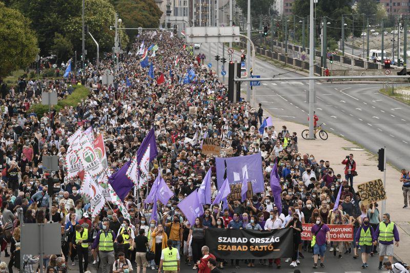 Megérkezett a tüntető tömeg Orbán Viktor hivatalához