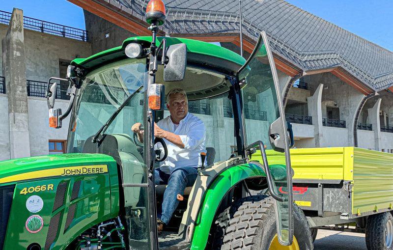 Orbán Viktor traktorosnak szegődött