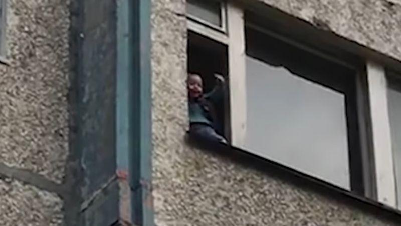 Sokkoló barbárság: A részeg nagypapa kilógatta két éves unokáját a negyedik emeletről – VIDEÓ