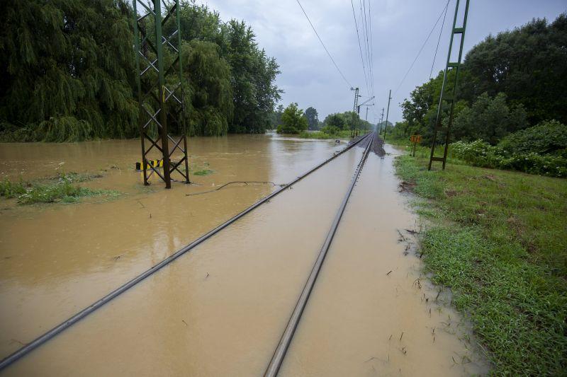 Félelmetes képek Zalából: elöntötte az áradat az utakat és a vasúti síneket