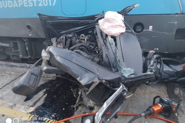 Halálos vasúti baleset történt Ikrénynél – teljesen összeroncsolódott az autó