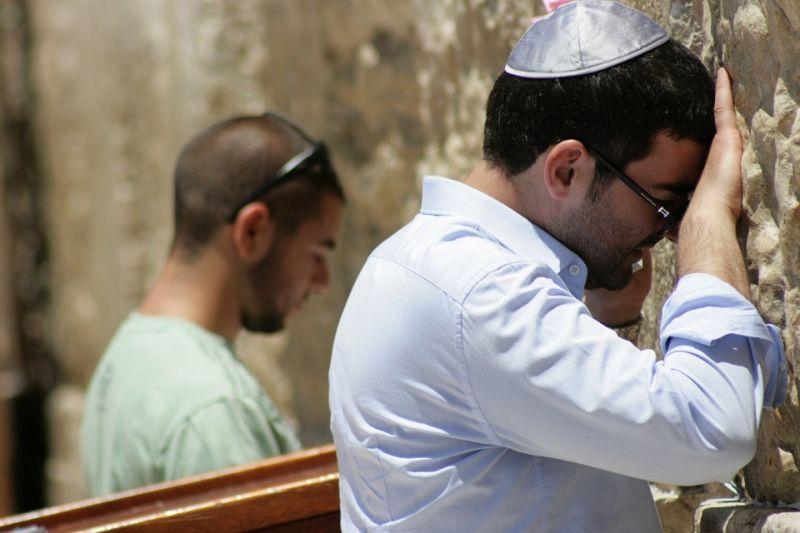 Súlyosbíthatják a rabbi fejéről a kipát leverő férfi büntetését