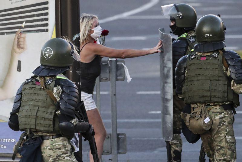 Meghátrál a belarusz diktátor: szabadon engedik az elfogott tüntetőket