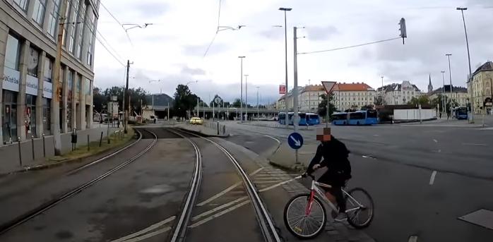 Épphogy áthajt a biciklis a villamos előtt – videó