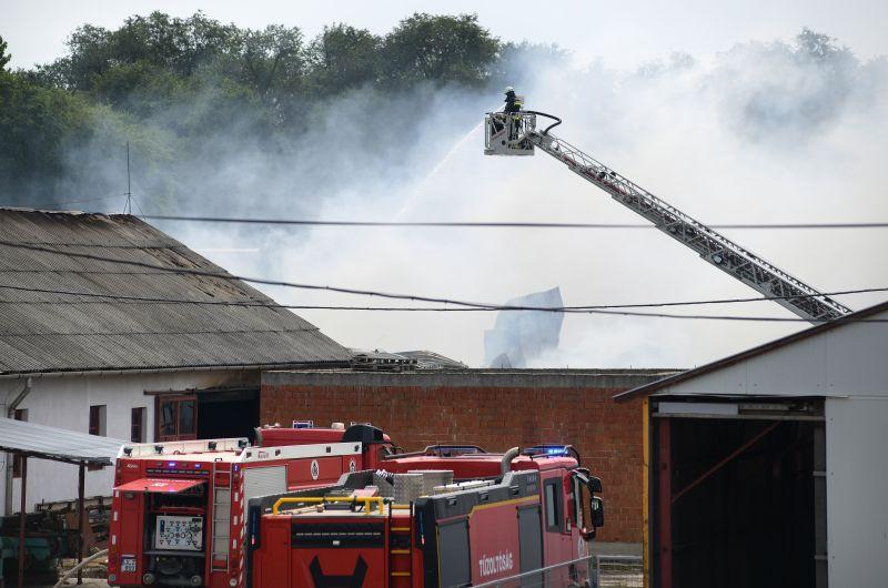 Már több mint 50 tűzoltó küzd a hajdúböszörményi tűzzel