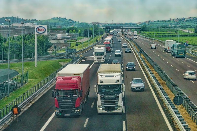 Felháborító felelőtlenség: mattrészegen vezetett kamiont az M1-es autópályán, kis híján tragédia történt