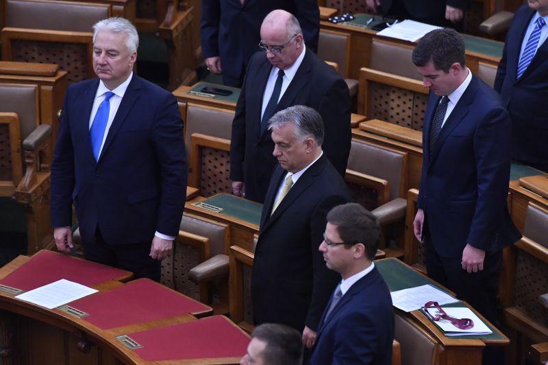 Fizetésemelést és új autót kaptak Orbán Viktor emberei