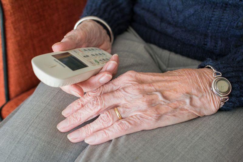 Hangfelvétel: így lopnak el halálra ijesztett idős emberektől akár milliókat az unokázós csalók