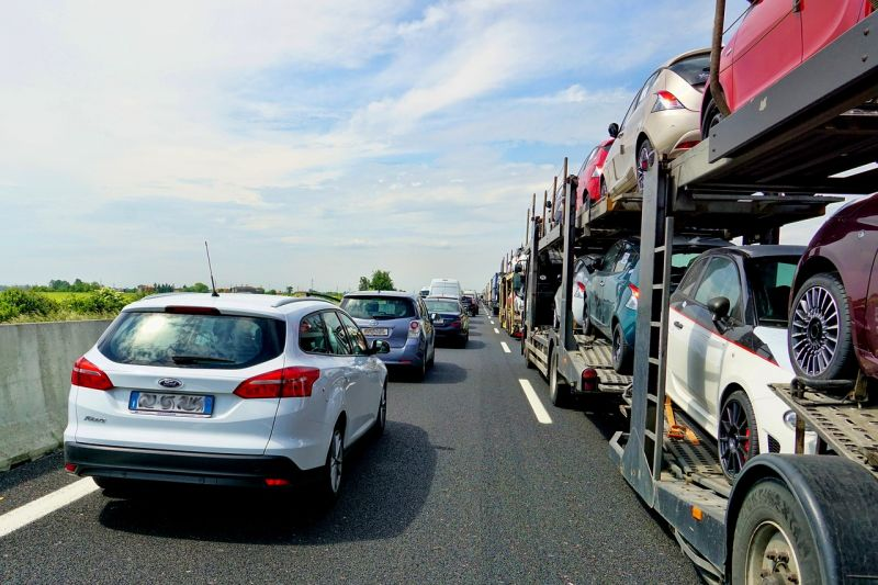 Vasárnap délután van, mégis a Balaton felé zsúfolt az M7-es