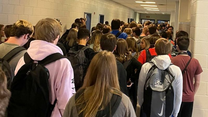 Zsúfot iskolai folyosóról posztolt képek a diák, erre megbüntették – pár nap múlva kilenc fertőzött volt az iskolában