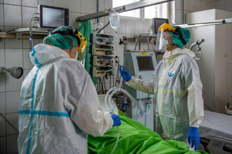 Újabb nyolc magyar halottja van a járványnak, egy nap alatt 581 új fertőzöttet találtak