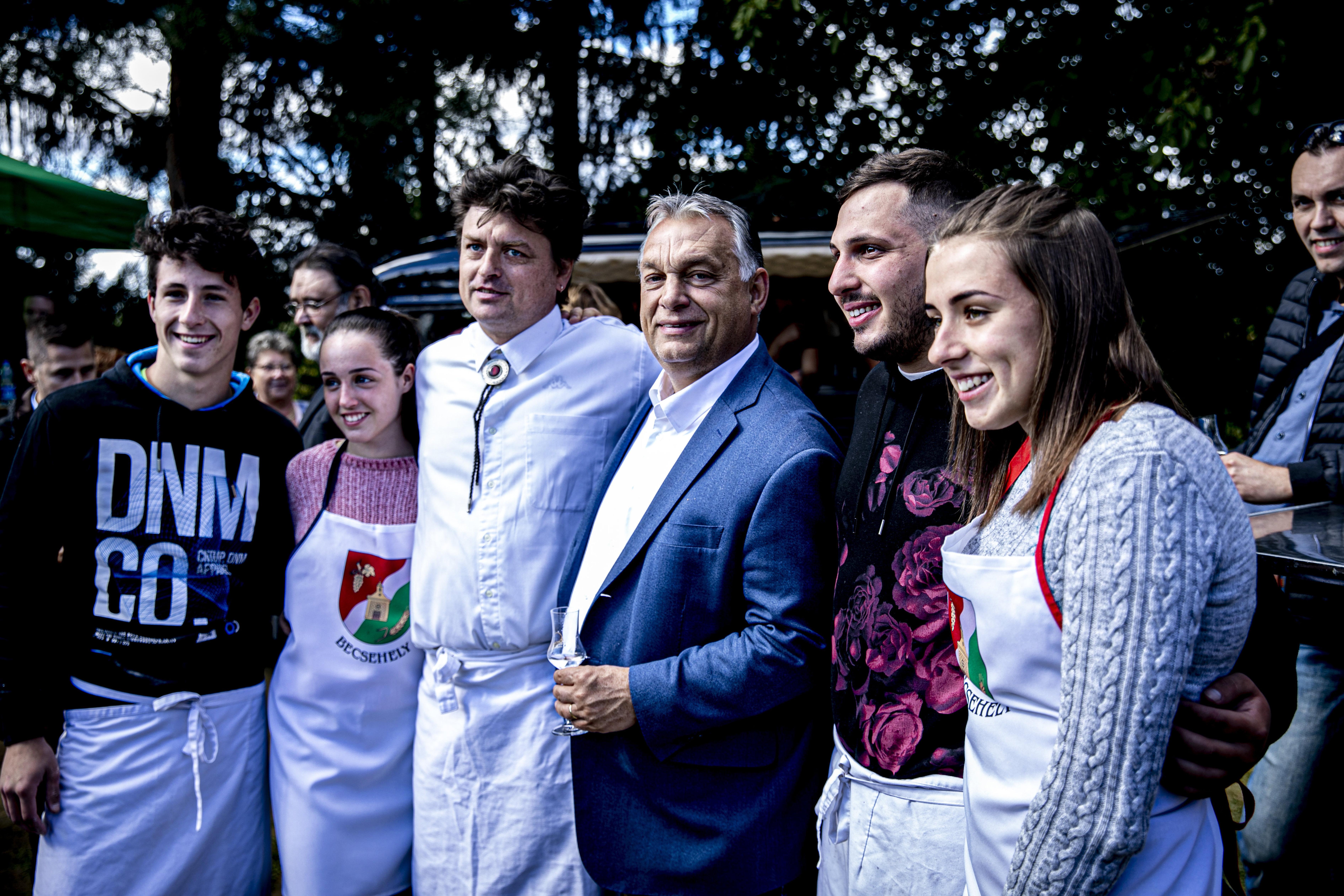 Pálinkázás közben Orbán nem visel maszkot és a távolságtartási előírásokra is fittyet hány