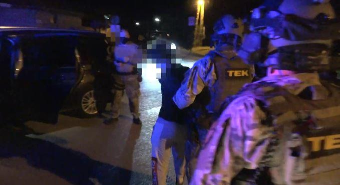 A TEK ébresztette Pilisen a fegyverrel fenyegetőző férfit – videó