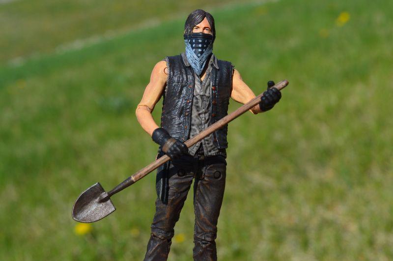 Nem hordod rendesen a maszkodat? Akkor büntetésből neked kell megásnod a koronavírusos halottak sírját