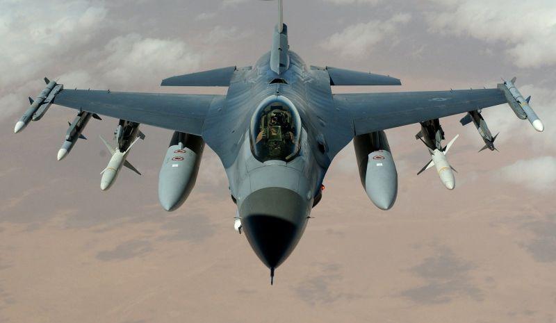 Döbbenetesen gyorsan történt: földbe csapódott a katonai repülőgép – Vérfagyasztó videó is készült az esetről
