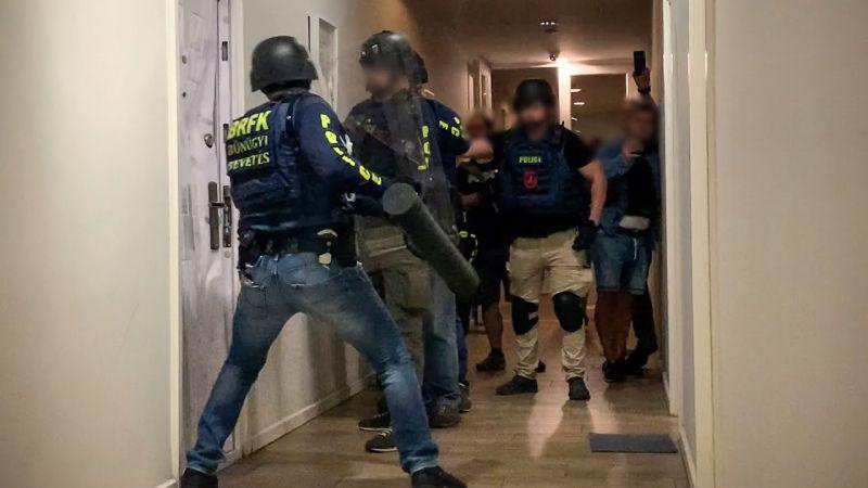Videó: így töri be az ajtót a rendőrségi kommandó – így csaptak le a kokaindílerekre