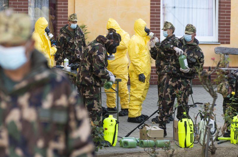 Katonákat rendeltek egy nyíregyházi idősotthonhoz, rengeteg a fertőzött személy
