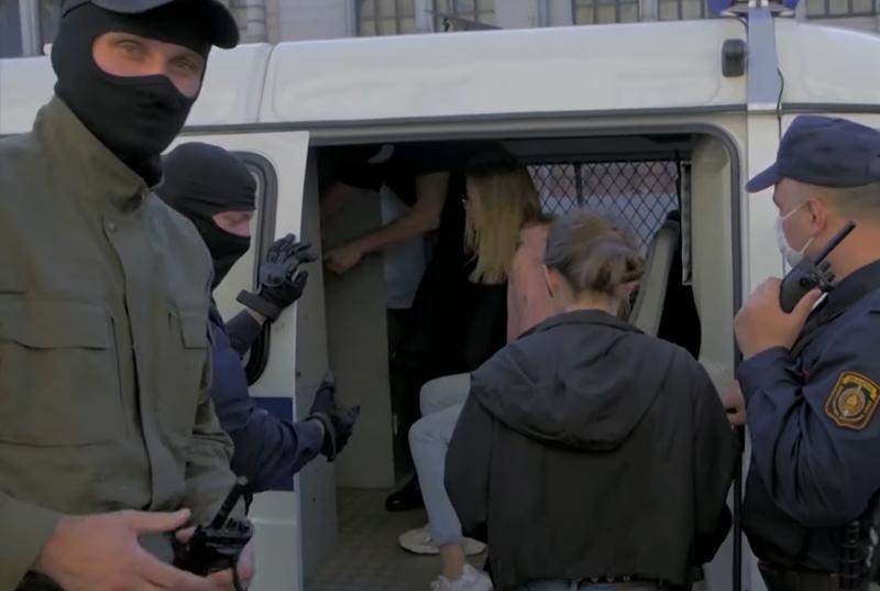 Hiába tiltják, több száz nő kezdett tüntetni Fehéroroszországban