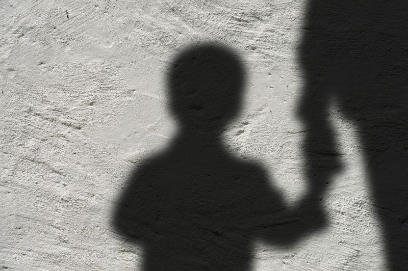 Megerőszakolta nevelt fiát és két lányát egy szákszendi férfi