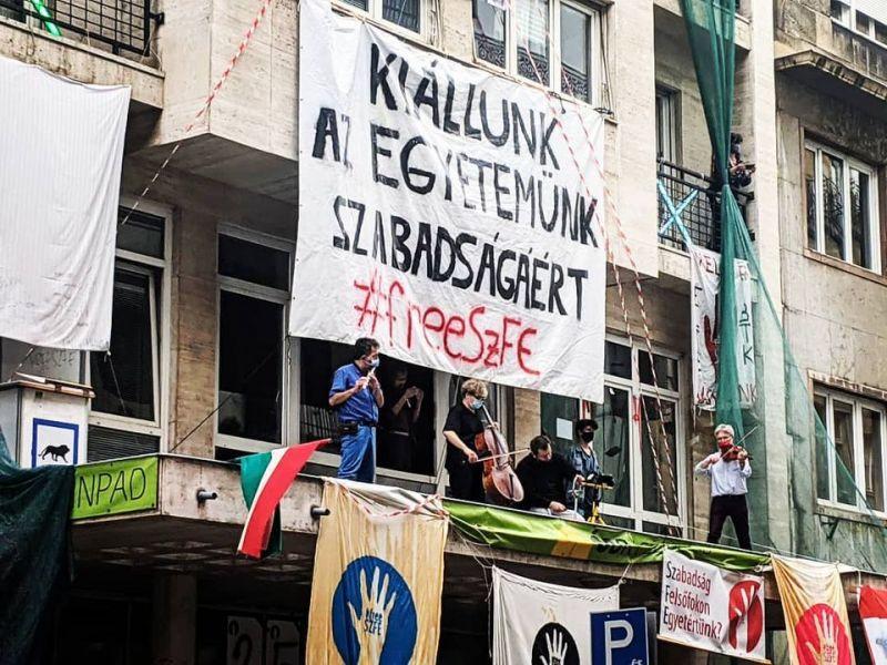 Komoly fordulat: Elfoglaltak még egy épületet is az SZFE diákjai