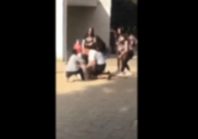 Földön fekvő diákot vert össze egy nagydarab férfi egy pécsi iskolánál – videó 18+