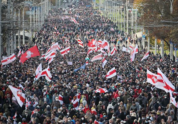 A belarusz tüntetőket az éles lőszer sem tántorítja el