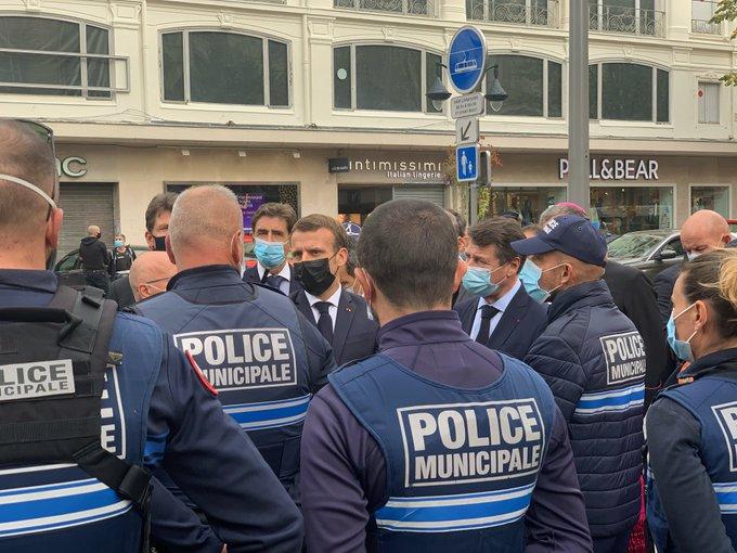 Megérkezett Macron a nizzai támadás helyszínére