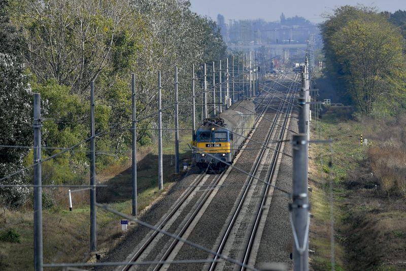 Öten vágták át a szalagot egy 8 kilométeres vasúti szakasz átadásán