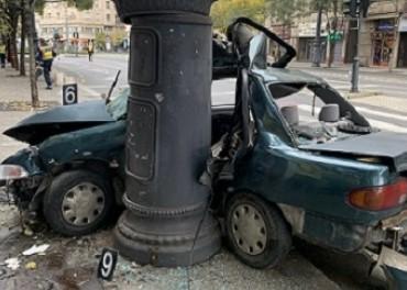 Kiderült, egy 14 éves fiú ült még a Károly körúton oszlopnak csapódó autóban