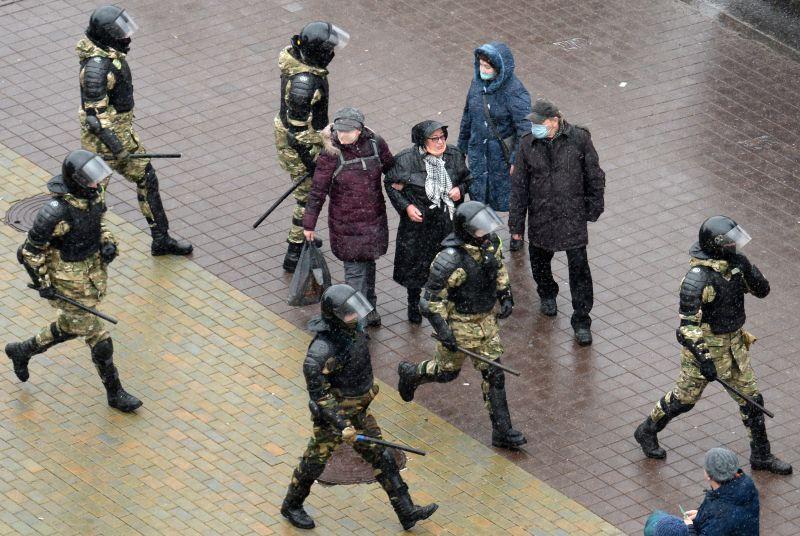 A belarusz karhatalom már csírájában elfojtja a tiltakozó megmozdulásokat