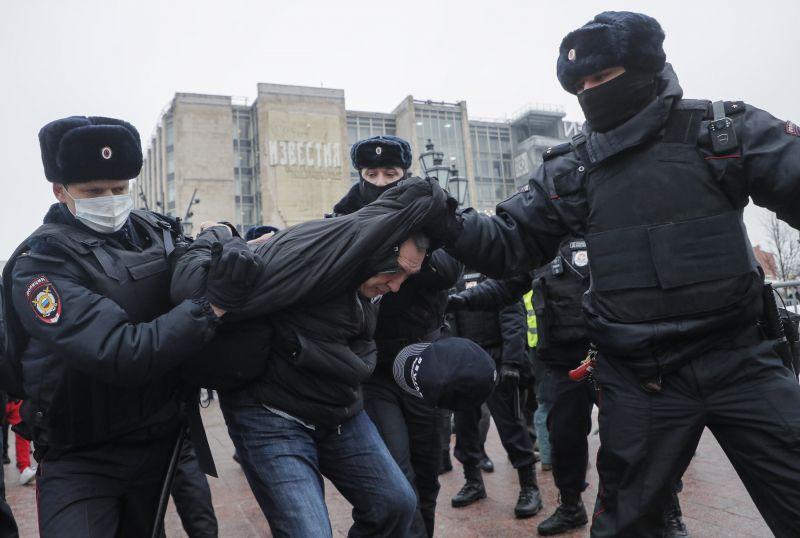 Az Orbán-kormány megakadályozta, hogy a rendőri erőszak miatt elítéljék a Putyin-rezsimet